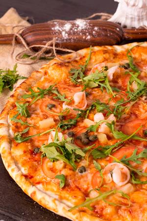 Тайская пицца с ананасами и креветкой