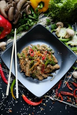 Яичная лапша с свининой в остро-тайском соусе