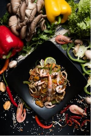 Прозрачная лапша с морепродуктами в сливочном соусе